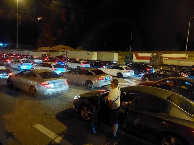 AMSS: Na graničnim prelazima čekaju i putnička i teretna vozila FOTO
