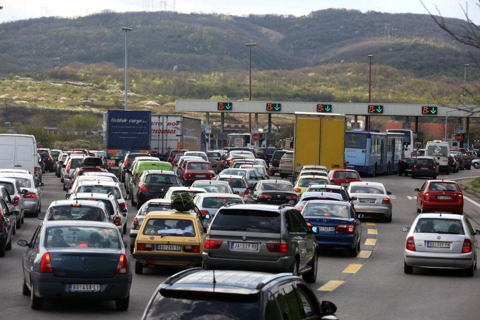 AMSS: Očekuje se i više vozila na glavnim putevima, naplatnim rampama i graničnim prelazima