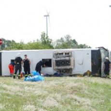 AUTOBUS KOJI SE PREVRNUO U NEMAČKOJ IZ SRBIJE? Auto-put zatvoren u oba smera, spasilačke ekipe na terenu (VIDEO)