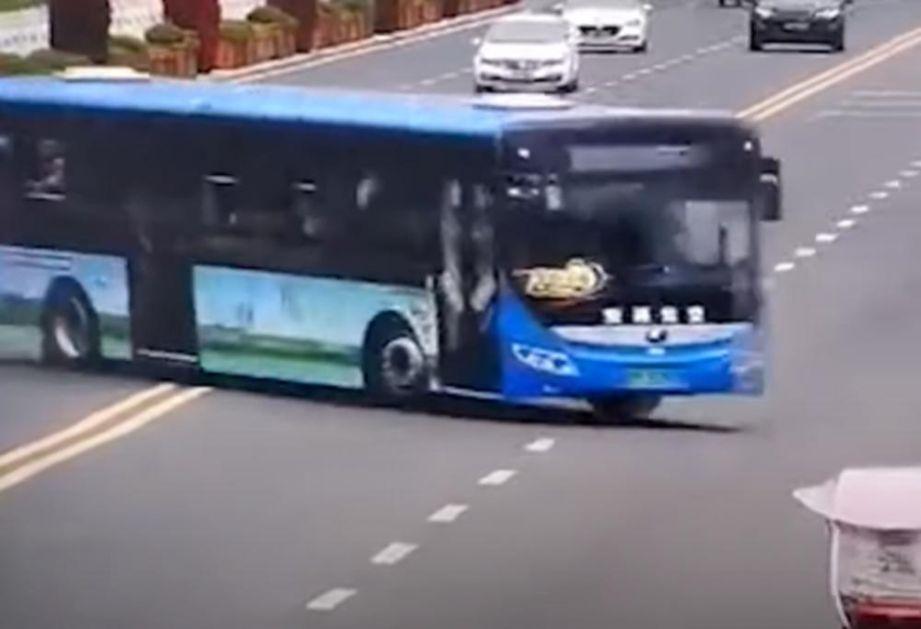 AUTOBUS SE SURVAO U JEZERO: Kamere snimile stravičnu nesreću u Kini, najmanje 20 mrtvih, među njima i đaci (VIDEO)