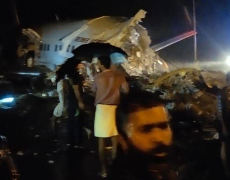 AVION SA 191 PUTNIKOM PROMAŠIO PISTU I PREPOLOVIO SE U INDIJI: Najmanje 17 mrtvih, među njima i pilot (VIDEO)