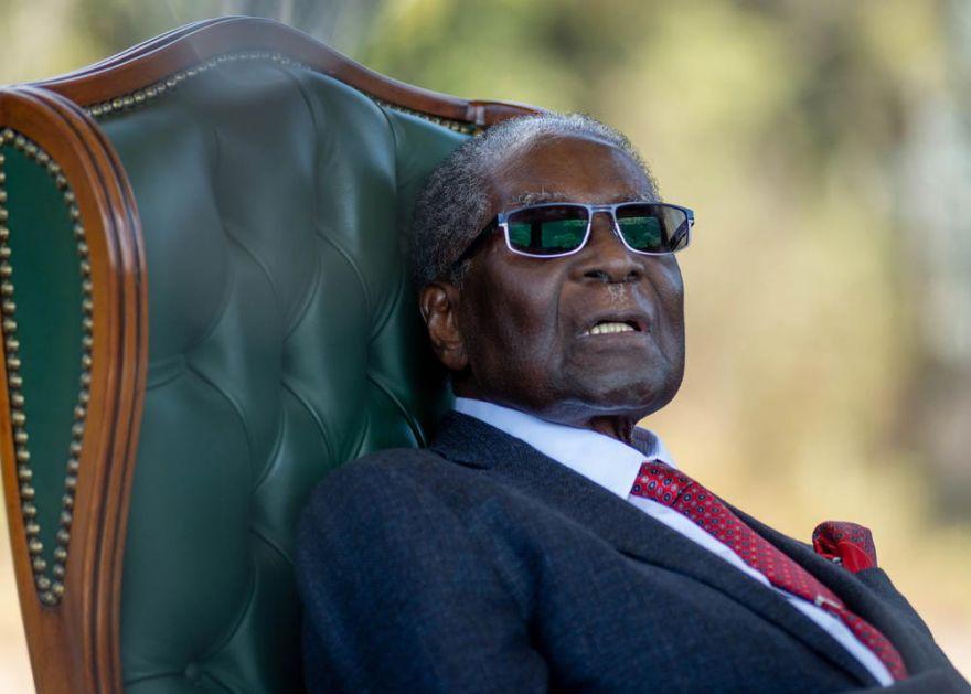 AVION SA MUGABEOVIM TELOM POLETEO IZ SINGAPURA ZA ZIMBABVE: Građani će moći da odaju počast bivšem lideru, a evo kada će biti sahranjen! (VIDEO)