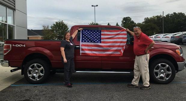 Akcija u Americi: Kupiš Forda i dobiješ Bibliju, zastavu i kupon za pušku