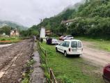 Akcija u Rakiti - građani pijucima i lopatama razbijaju cevi