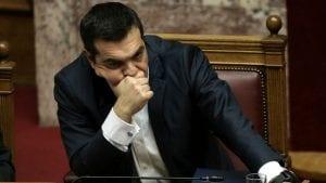 Aleksis Cipras osudio anarhiste koji su bacili farbu na grčki parlament