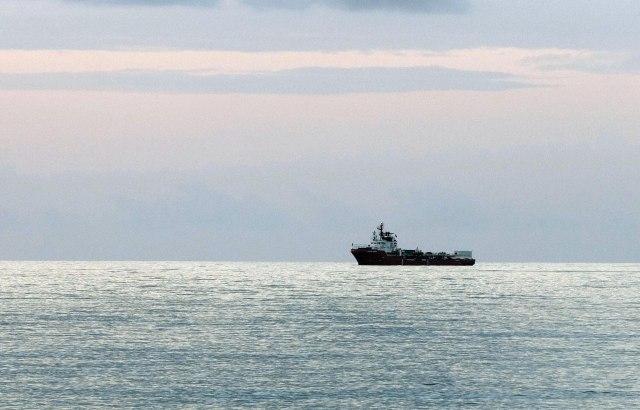 Američki ratni brod potopio manje plovilo