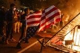 Amerika gori, Tramp preti, Bajden trlja ruke