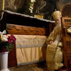 Amfilohije poručio sa svetinje: Veljović i Milo da ispoštuju Svetog Vasilija koji nas sve leči