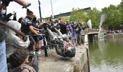 Antirasistički demonstranti u Bristolu srušili statuu trgovca robovima