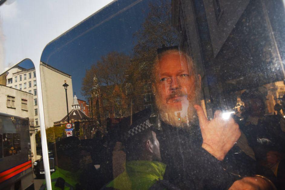 Asanž  se pojavio pred britanskim sudom,traži odlaganje