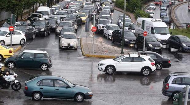 Atina proteruje automobile iz centra