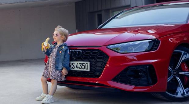 Audi povukao provokativnu reklamu s devojčicom i bananom