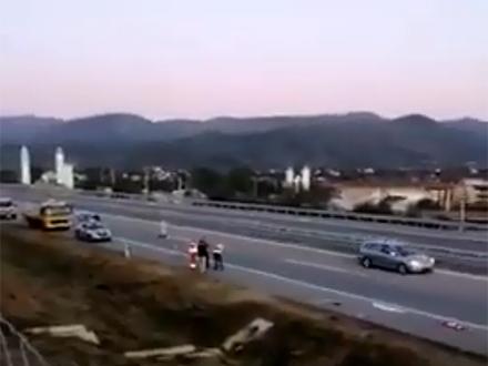 Audi se zakucao u ogradu, dva mladića povređena
