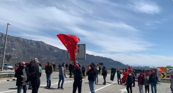 Auto-kolone u Crnoj Gori, incident u Bijeloj, privedeno sedam osoba
