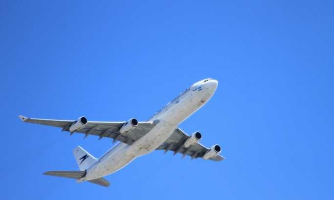 Avion prinudno sleteo, putnik pretio osoblju olovkom