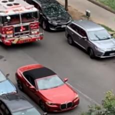 BAHATOST NA DELU: Žena novim BMW-om blokirala prolaz VATROGASCIMA, otišla u šoping i nije se vraćala 10 minuta (VIDEO)
