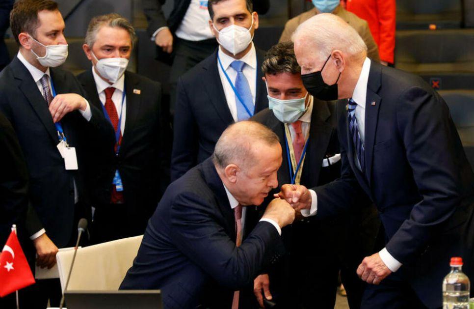 BAJDEN UHVATIO ERDOGANA NESPREMNOG: Njihovo pozdravljanje na samitu NATO prošlo krajnje komično VIDEO