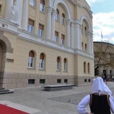 BANJALUČANI POZDRAVILI VUČIĆA! Okupili su se ispred Gradske kuće kako bi videli predsednika Srbije (FOTO/VIDEO)