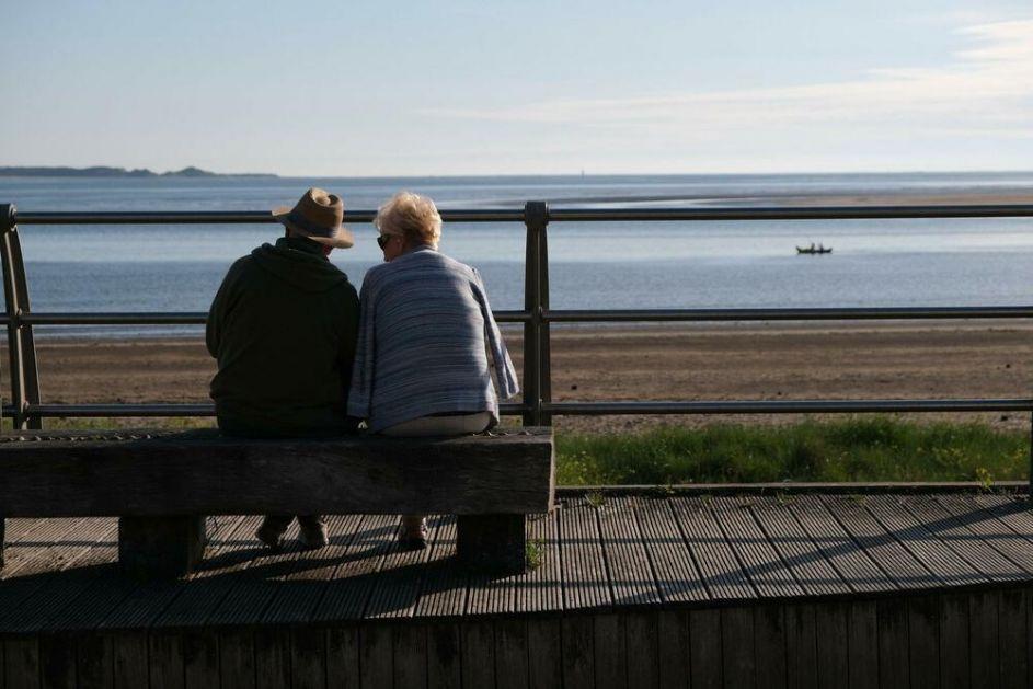 BAŠ DIRLJIV GEST Napravio klupicu za bolesnu suprugu kako bi mogla da odmori tokom šetnji: Sve završio za pola sata! FOTO