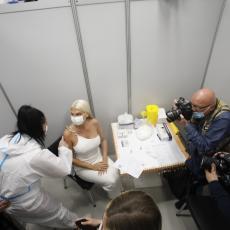 BELA TKANINA POKRIVENA ZLATOM: Karleuša za vakcinaciju spremila posebnu odeću, a svi gledali u ovaj detalj