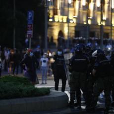 BEOGRAD ŽARIŠTE NASILJA I VANDALIZMA! Huligani bacaju topovske udare na policiju (FOTO)