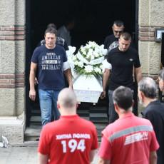 BEOGRAD ZAVIJEN U CRNO: Sahranjen dečak koji je podlegao povredama posle tragedije na Karaburmi, ispraćen aplauzom i sirenama