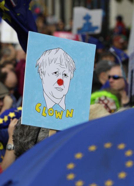 BES I SUZE NA ULICAMA BRITANIJE: Hiljade ljudi maršira protiv Bregzita (VIDEO)