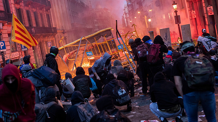 BESNI GRAĐANSKI RAT - Katalonija u plamenu! Španija šalje oklopne jedinice u grad, veliki broj povređenih! (FOTO+VIDEO)