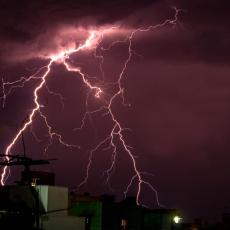BESNI OLUJA U HRVATSKOJ: Žena teško povređena, bori se za život, vetar rušio stabla i krovove