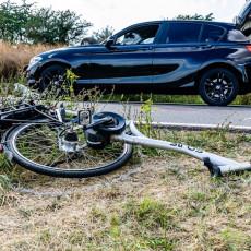 BICIKLISTU PREGAZIO AUTO U VRŠCU: Vozač pobegao, nesrećni čovek preminuo u bolnici