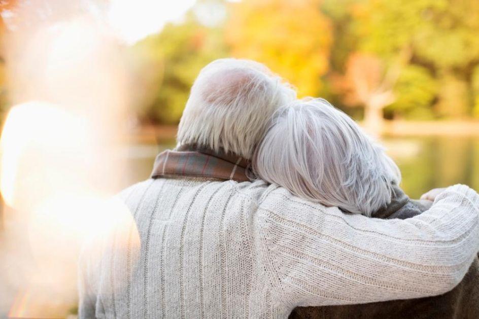 BILI SU U BRAKU 70 GODINA, PREMINULI SU 3 DANA PRE VAKCINACIJE: Korona odnela bračni par, umrli u bolnici držeći se za ruke