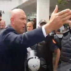 BIO JE OTET I DROGIRAN! PONOVO HAOS U BUDVI: Prekinuta sednica, policija interveniše na sve strane (VIDEO)