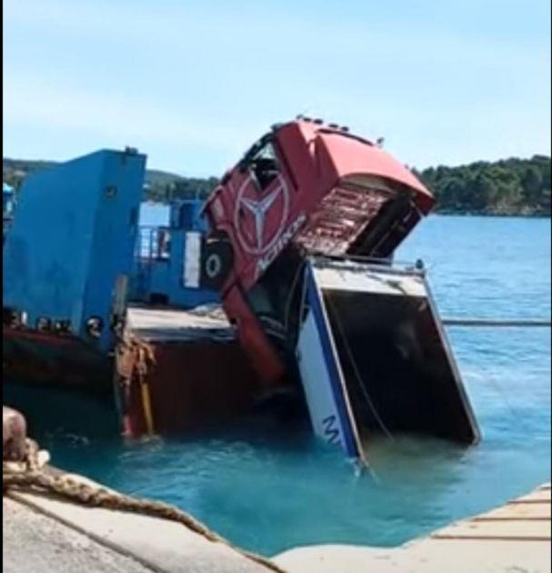 BIZARNA NESREĆA NA HVARU: Sa broda u more kamion pun asfalta VIDEO
