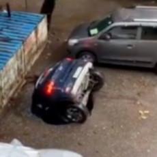 BIZARNO! OTVORILA SE ZEMLJA I PROGUTALA AUTOMOBIL: Srećom, nema žrtava (VIDEO)