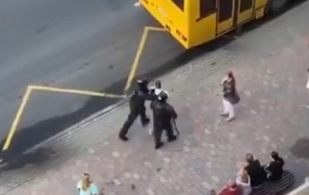 BLAM BELORUSKE POLICIJE: Priveli muškarca, pa ga greškom ubacili u gradski autobus umesto u policijski (VIDEO)