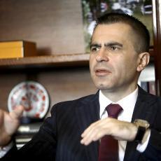 BOG MU DAO DRUGI ŽIVOT! DVE GODINE POSLE TEŠKE NESREĆE: Đorđe Milićević obeležio povratak u skupštinsku klupu