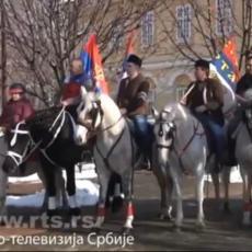 BOGOJAVLJENJE NA DRUGAČIJI NAČIN: U ovom srpskom gradu umesto plivanja - ulicom prodefilovali konjanici