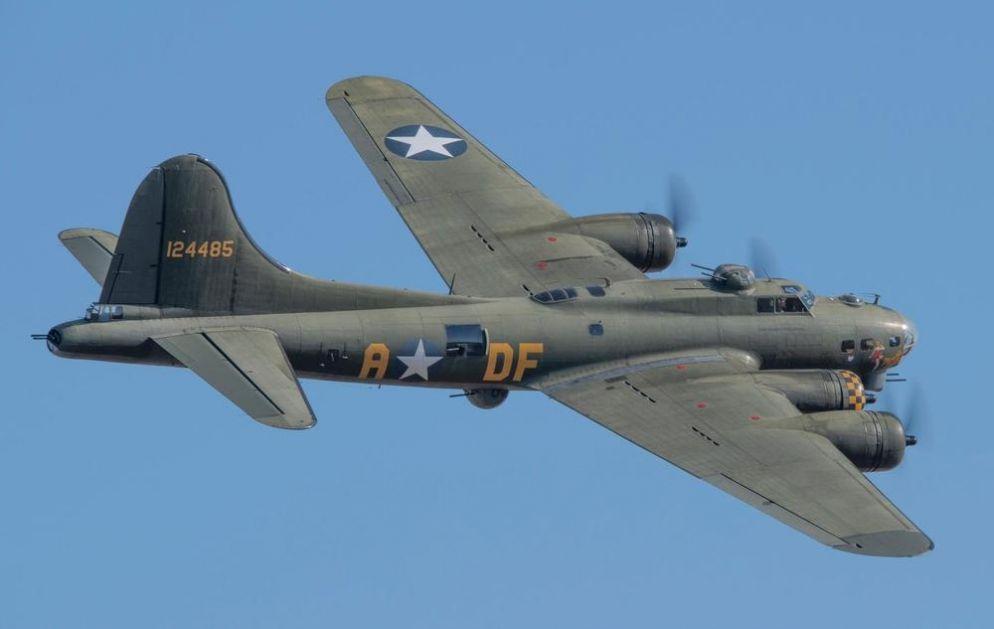 BOMBARDER IZ 2. SVETSKOG RATA BUKNUO I PAO: Najmanje 5 poginulo kada se starinski boing B-17 srušio u SAD! (VIDEO, FOTO)