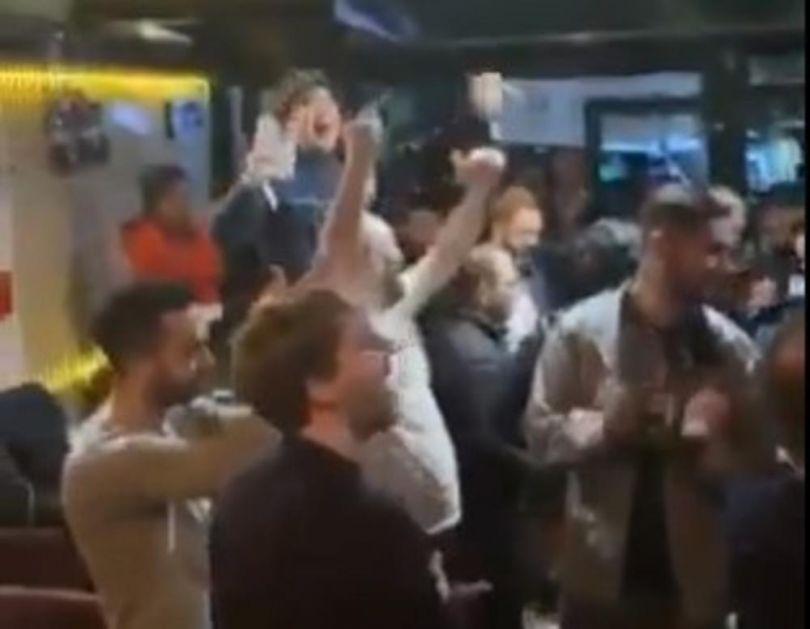 BRAĆA PO MRŽNJI: Englezi stigli u Prištinu i zajedno sa Albancima vređali Srbiju! VIDEO