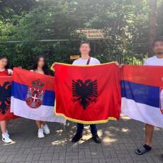 BRAVO DECO, TAKO SE VOLI SVOJA ZEMLJA! Srpski i albanski maturanti ponosno istakli svoje zastave (FOTO)