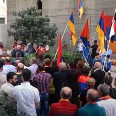 BRAVO, TAKO SE TO RADI, POSLATA SNAŽNA PORUKA! Hiljade ljudi izašlo na Trg da podrži jermenski narod! (VIDEO)