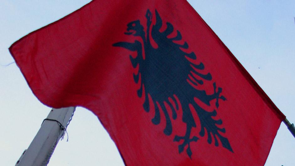 BRUKA: Albanci pokazali ORLA ispred PRAVOSLAVNOG HRAMA