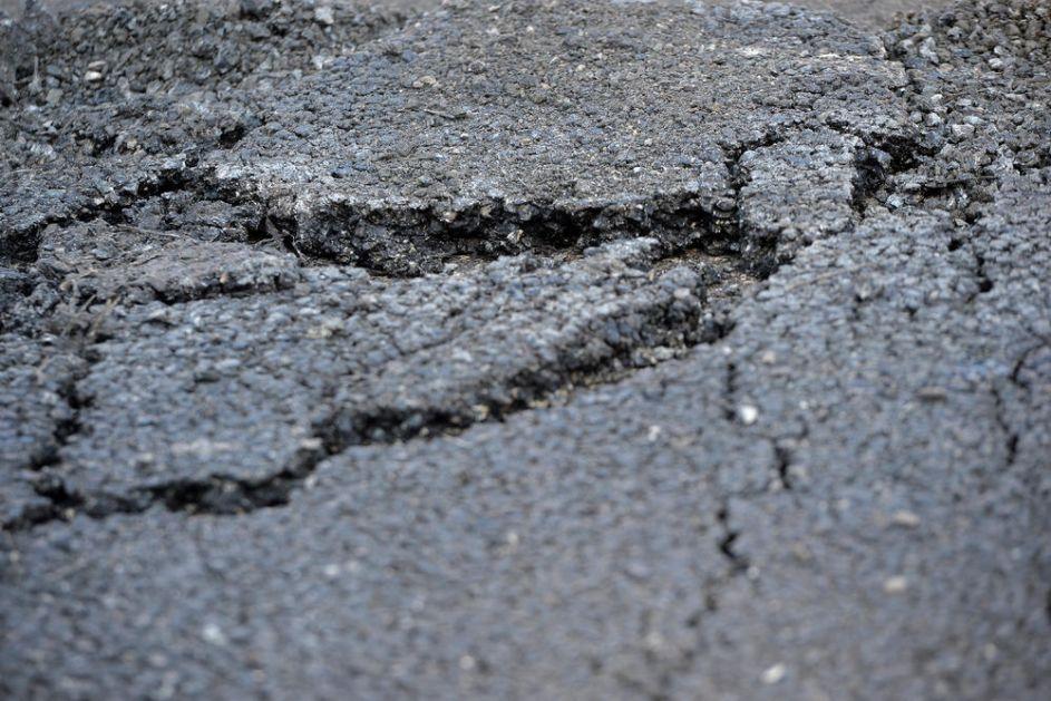 BRUKA KORIDORA SRBIJE, TRI NAPRSLINE NA NOVOM AUTO-PUTU: Traljavo odrađena deonica Niš-Preševo (FOTO)