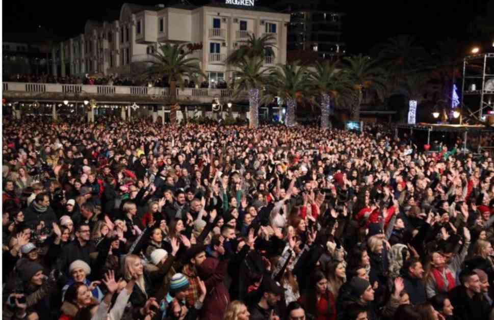 BUDVA OBORILA SVE REKORDE: 28.000 ljudi dočekalo Novu godinu na trgu ispred Starog grada! (VIDEO, FOTO)