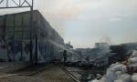 BUKTI POŽAR U SURČINU: Gori fabrika toalet papira, povređeni zbrinuti u Zvečanskoj i Urgentnom centru  (FOTO)