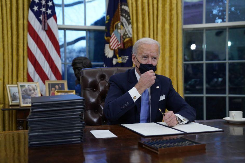 Bajden u Ovalnoj sobi potpisao prve izvršne akte kojima će biti poništen deo Trampovih odluka, potpisao i više propisa u borbi protiv kovida