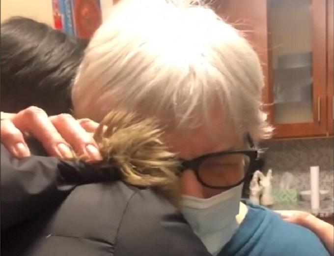 Baka prvi put stigla da zagrli svoje unuku nakon vakcinacije!