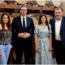 Barikirani šardone i pita od koprive: Vučić i Dodik svratili u poznatu vinariju da se okrepe (FOTO)