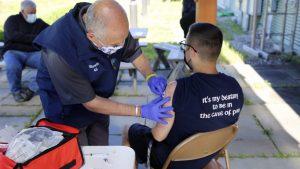 Bela kuća: Više od 70 odsto Amerikanaca starijih od 30 godina dobilo antikovid vakcinu