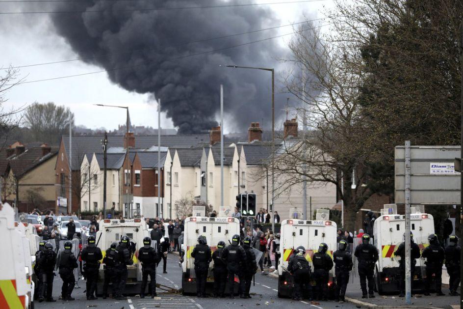 Belfast: Grupa mladih napala policiju i zapalila autobus